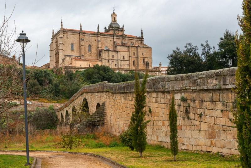 Catedral y puente en Coria, uno de los pueblos más antiguos de España