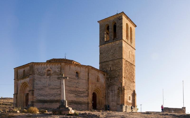 Imagen de la cruz ante la fachada de la iglesia