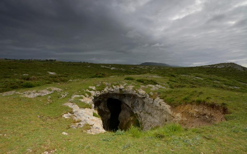 Cueva en un acantilado cerca de San Vicente de la Barquera