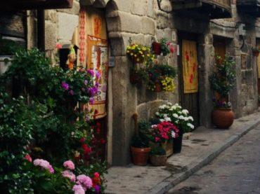 Cuevas del Valle, el pueblo de Ávila que se viste de flores