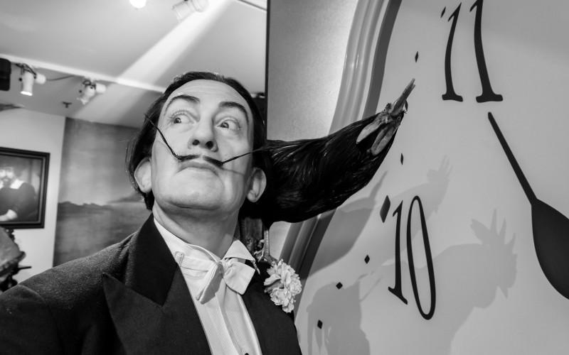 Salvador Dalí con uno de sus famosos relojes blandos