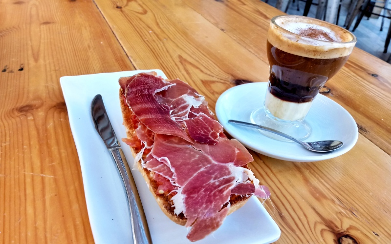 Desayuno cartagenero a base de café asiático y pan tumaca