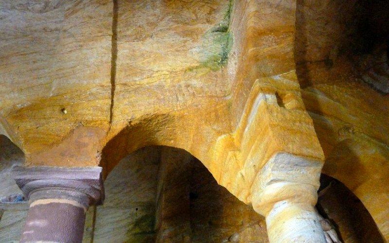 Detalle de las columnas más cercanas a los ábsides de la iglesia de los Santos Justo y Pastor de Olleros