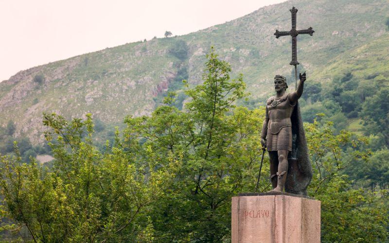 Estatua de bronce del rey Don Pelayo, en Covadonga