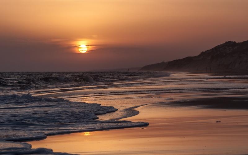 Puesta de sol en la playa de Doñana