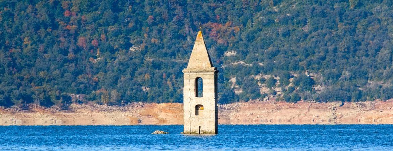 Torre de Sant Romá de Sau emergiendo