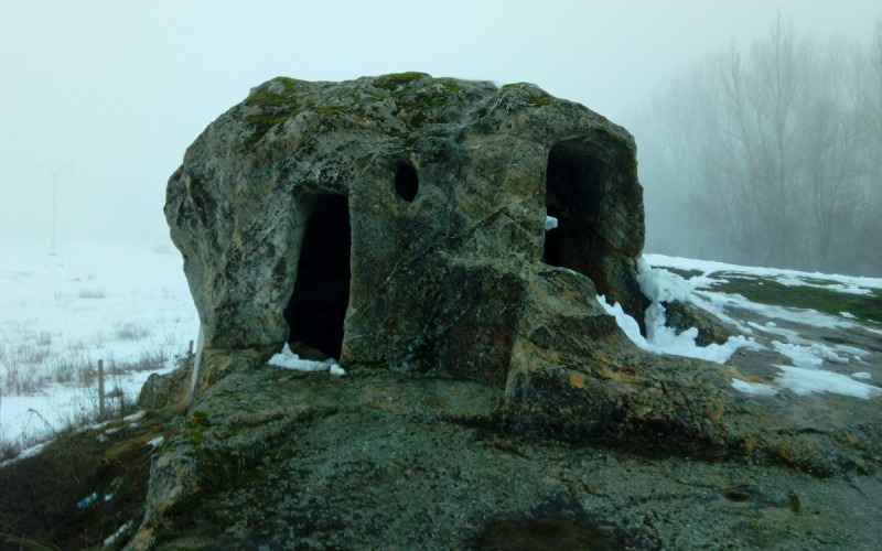 Puerta lateral y cabecera de la ermita rupestre de San Vicente