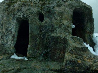 La siniestra ermita rupestre de San Vicente: excavada a pico y rodeada de tumbas