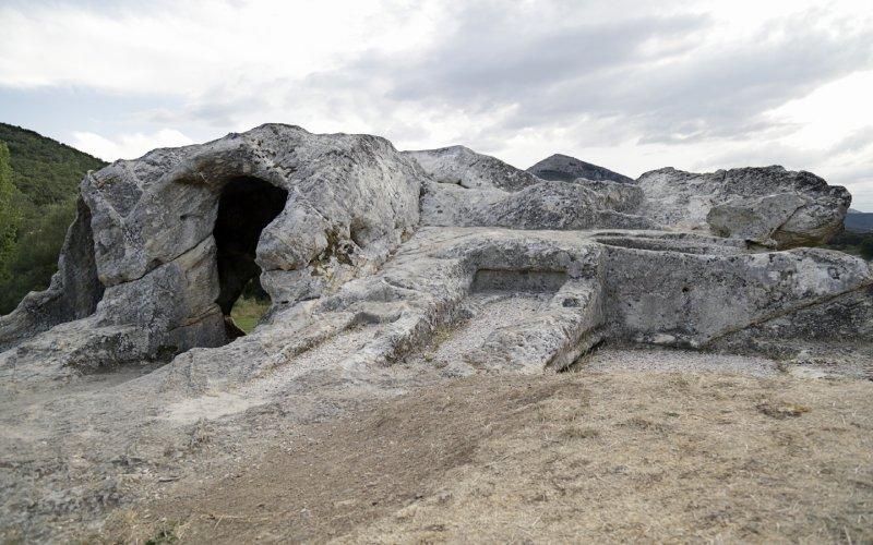 Entrada y lateral de la ermita rupestre de San Vicente