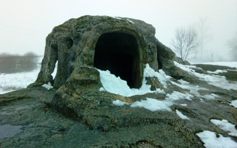 Frontal de la ermita rupestre de San Vicente en invierno