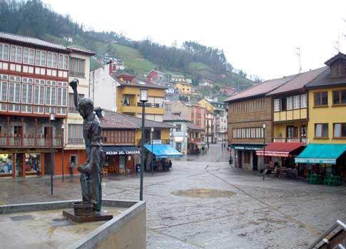 Monumento al escanciador de sidra en la Plaza de Requejo de Mieres