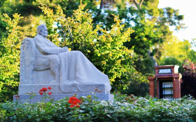 Estatua de Galdós en el parque del Retiro
