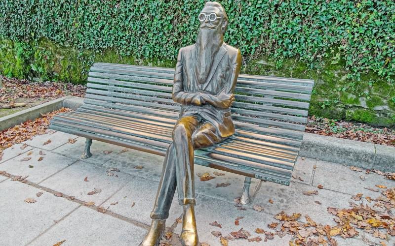 Escultura de Valle-Inclán en Santiago de Compostela, ciudad en la que finalmente murió