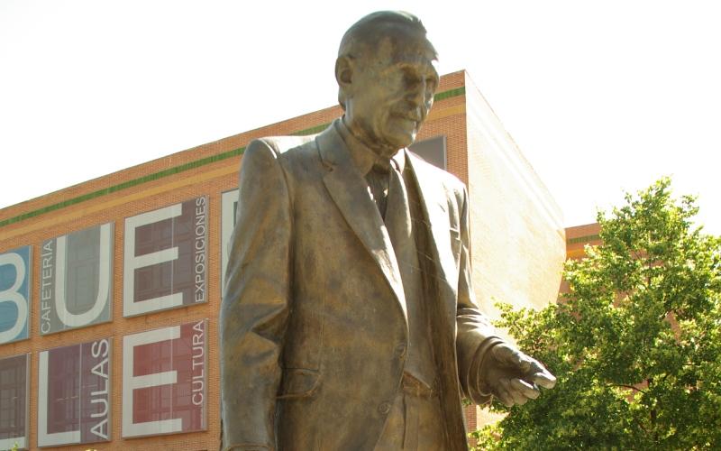 Estatua de Buero Vallejo frente al centro cultural de Alcorcón que lleva su nombre