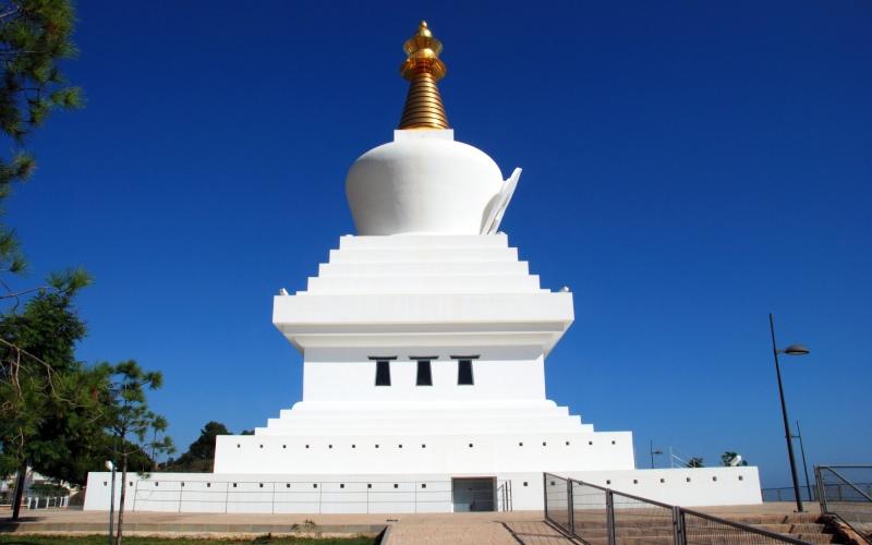 La Estupa de la Iluminación es uno de los edificios más conocidos de Benalmádena