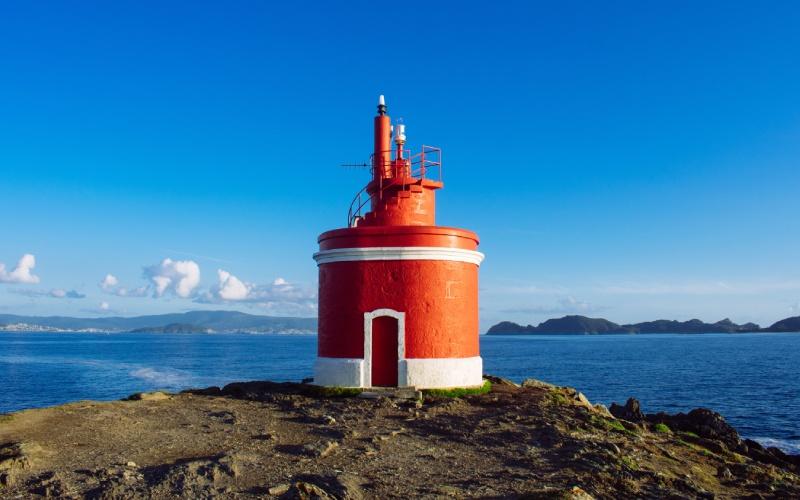 Faro de Punta Robaleira, de un llamativo color rojo