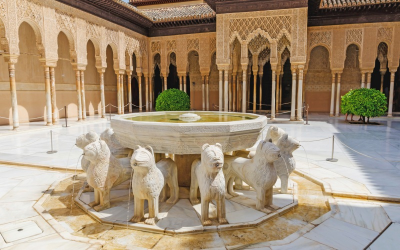 Primer plano de la mítica fuente que da nombre al Patio de los Leones, en el interior de la Alhambra