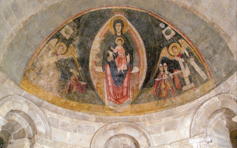 Detalle del ábside de Fuentidueña con el fresco catalán añadido