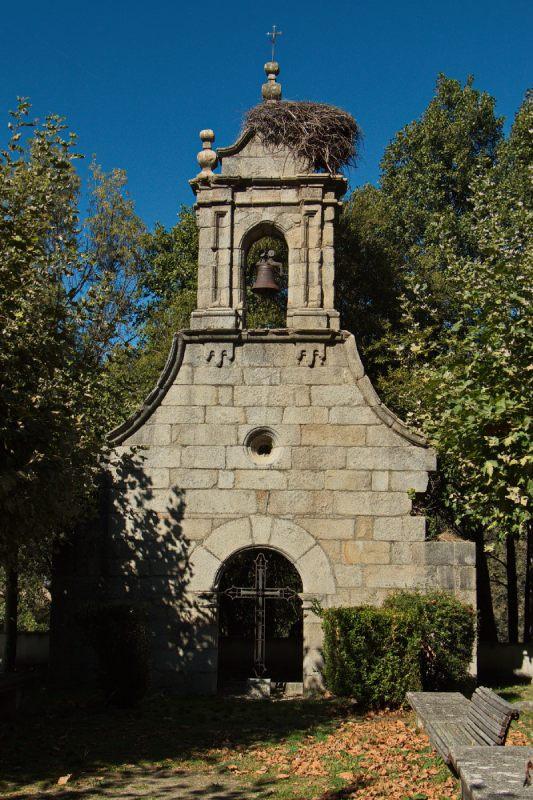 Vista frontal de la espadaña de la Iglesia de Ribadelago