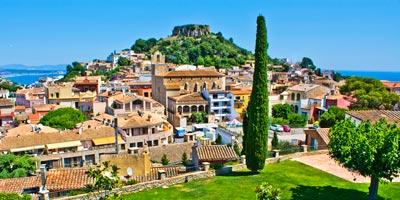 Vista de la localidad y del castillo