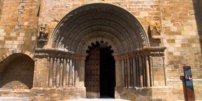 Puerta Iglesia de Santiago puente reina