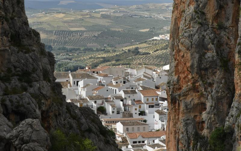 El pueblo de Zahara de la Sierra desde el cañón de Garganta Verde