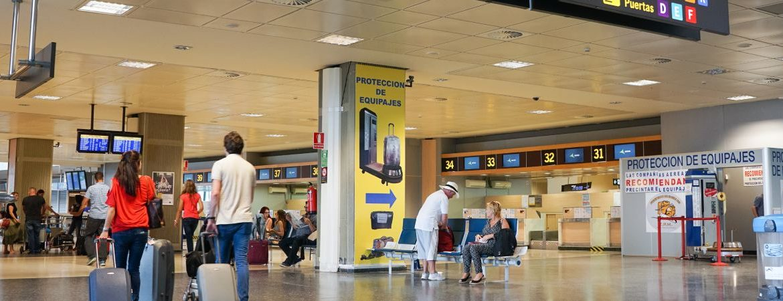 gente con maletas en el aeropuerto