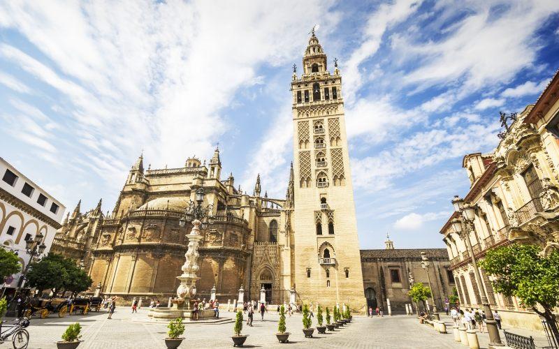 La Giralda de Sevilla junto a la Catedral de Santa María