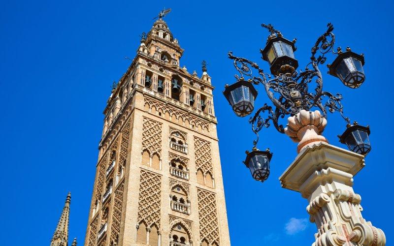 La Giralda de Sevilla desde la Plaza Virgen de los Reyes