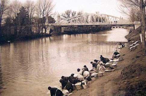 Mujeres lavando junto al Puente Abilio Calderón