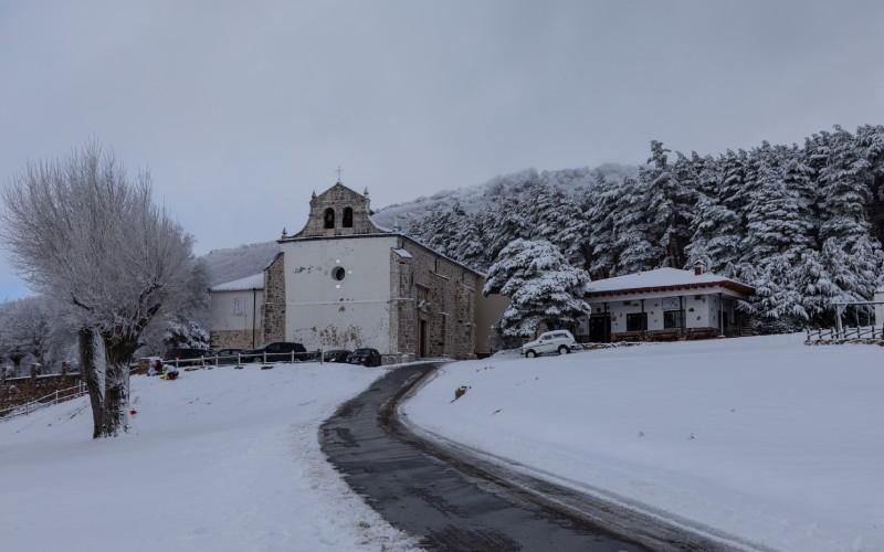 La ermita de Hontanares está en medio de un bosque de robles a casi 1.500 metros de altura