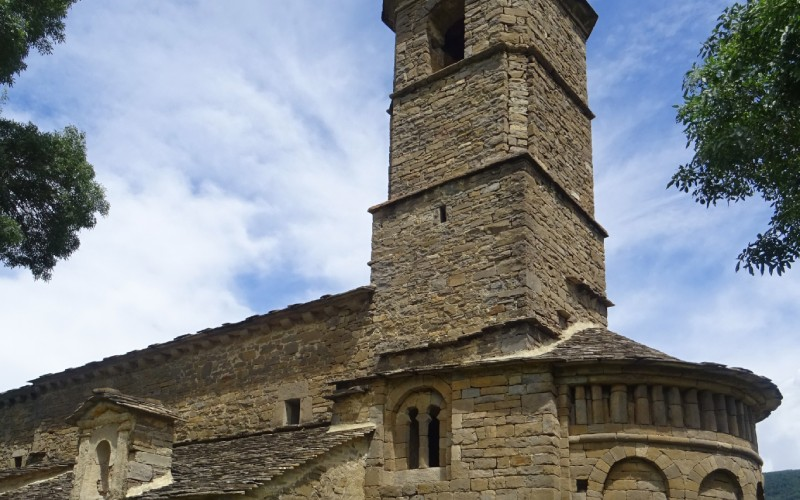 Iglesia románica de Santa Eulalia, con la torre en primer plano