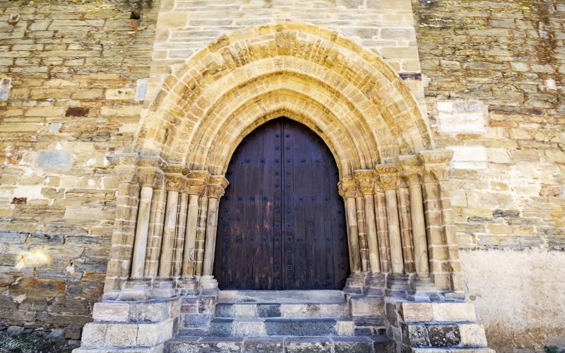 Puerta de la iglesia de Santiago en Villafranca del Bierzo