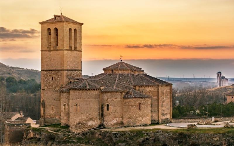 Visión completa de la iglesia bajo el cielo del atardecer