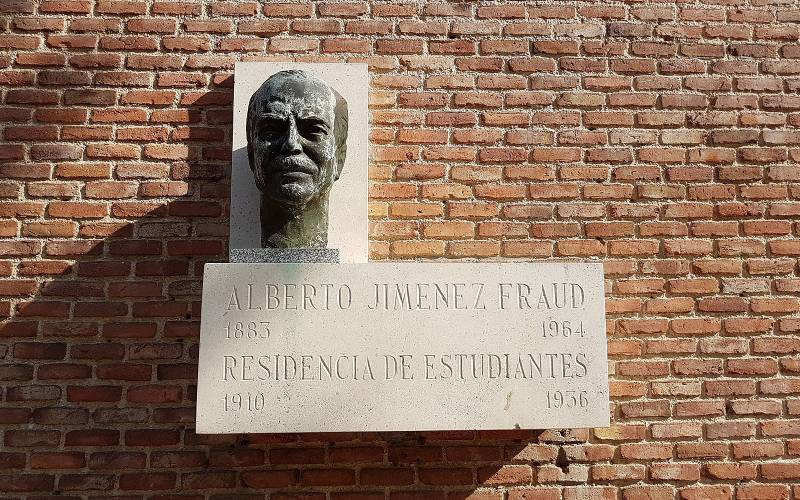 Placa homenaje del director de la Residencia Alberto Jiménez Fraud