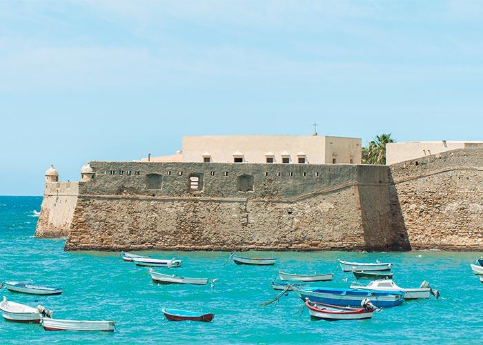 Barcos en la Playa de La Caleta de Cádiz