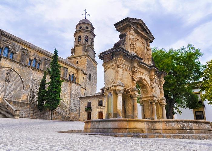 Fuente de Santa María y, tras ella, la Catedral de Baeza