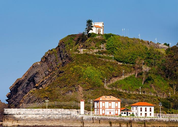Monte Corberu de Ribadesella con la Ermita de Nuestra Señora de Guía en lo alto
