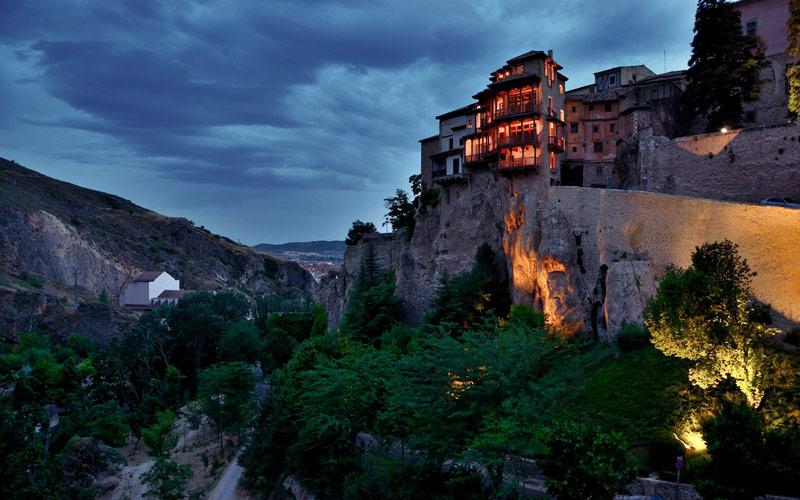 Las casas colgantes de Cuenca de noche. Fuente: Massimo Frason.