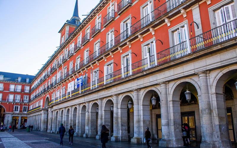 Tiendas en los pasillos de la Plaza Mayor de Madrid