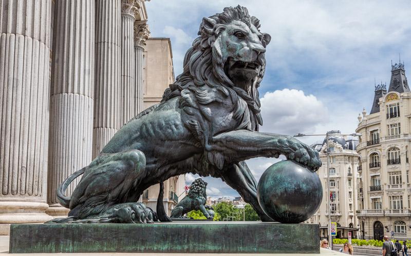 Los leones del Congreso de los Diputados presidiendo la entrada