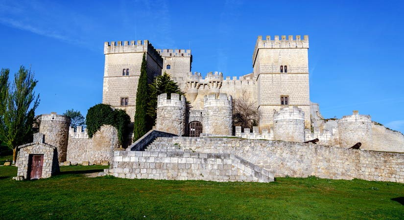 imagen_blog_internacional_Incredible Gothic Castles in Castile and León_castillo-ampudia-(1)
