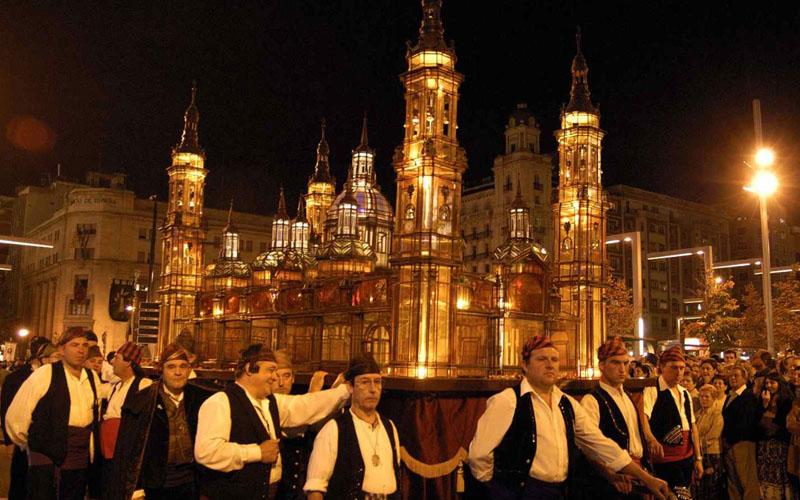 Grupo de cofrades en el Rosario de Cristal