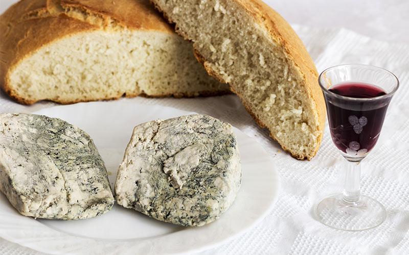 Queso Cabrales, vino y pan