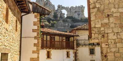 Balcones de Orbaneja del Castillo con el Beso del camello de fondo