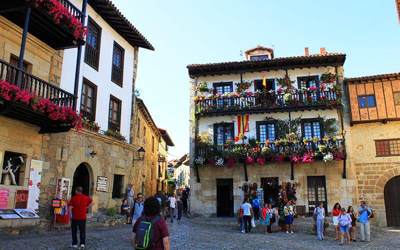 Plazas más coloridas de España. Santillana del Mar
