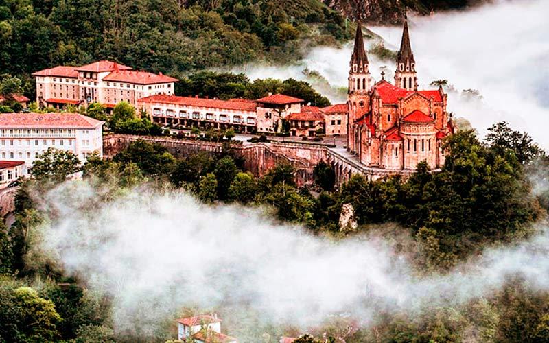 Monasterio de Covadonga entre la bruma de las montañas