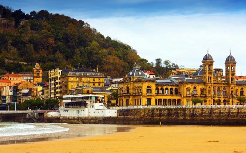 Playa de la Concha y Ayuntamiento que ver en San Sebastián
