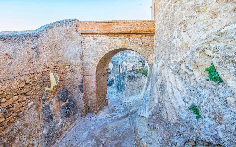 Pasadizo empedrado del castillo de Alicante