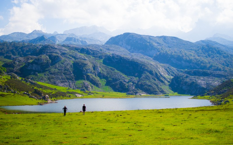 Bello paisaje del lago Ercina en Covadonga
